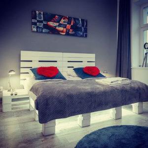Łóżko z palet LED + szafki