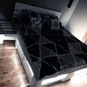 Łóżko z palet z szufladą i LED