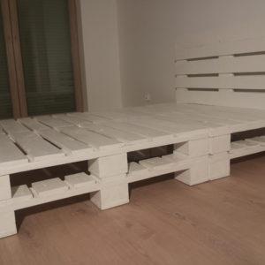 Łóżko z palet białe