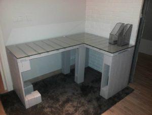 Szare biurko z palet