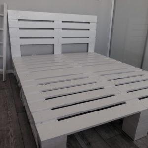 Łóżko z palet podwójne białe