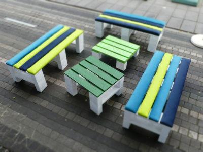 Małe stoliki z palet z kolorowymi blatami